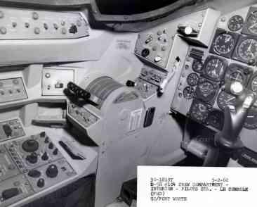 Pedestal de manetes e mais controles na esquerda (USAF)
