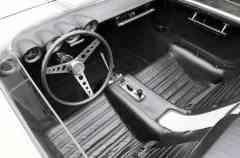 O habitáculo do protótipo funcional do Mustang de motor traseir, bancos-concha, grande console central e volante de três raios