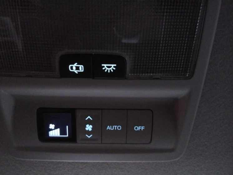 Comando de ar-condicionado e luz de teto sobre banco traseiro
