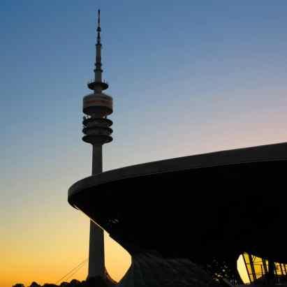 O duplo-cone (como essa estrutura é chamada) do Welt e a torre do Parque Olímpico