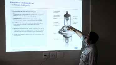 O Engenheiro Marcos Osako explicando os elementos de uma lâmpada automobilística