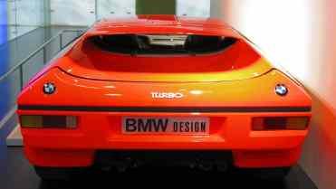 Possivelmente os únicos carro com dois emblemas na traseira são o Turbo, o M1 e o M1 Homage