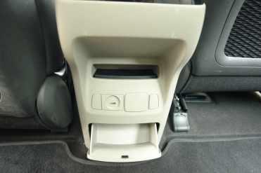 Tomadas de força e entrada USB, porta-objetos com tampa
