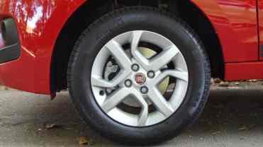 Bom desenho de roda; pneus são Pirelli P1 175/65R14