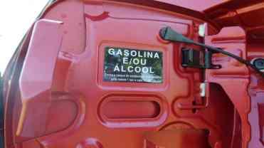 Nas letras miúdas a arcaica recomendação de a cada 10 mil km abastecer com gasolina