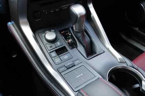 Alavanca da caixa de 6 marchas, seletor dos modos de condução e o Touch Pad