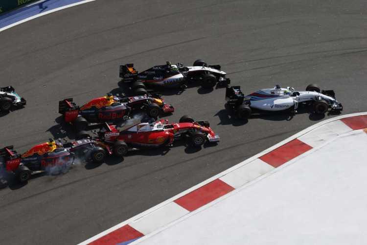 Kvyat freou na traseira do carro de Vettel e, por tabela, também arruinou a corrida de Ricciardo (Foto LAT)
