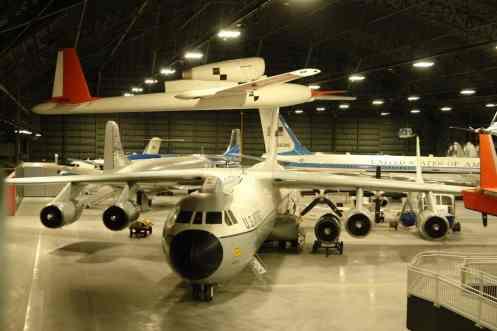 O cargueiro C-141 Starlifter, com aviões presidenciais ao fundo