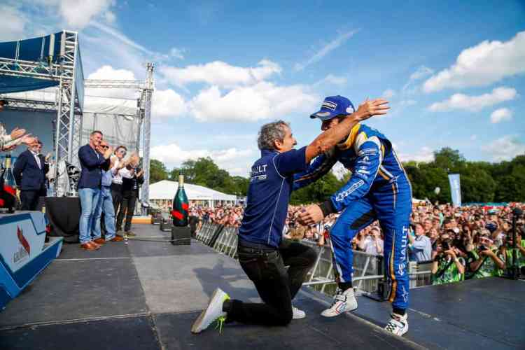 Alain Prost celebra com Sebastien Buemi a conquista dos títulos de Equipes e PIlotos na temporada 2015/2016 da F-E (Foto F-E)