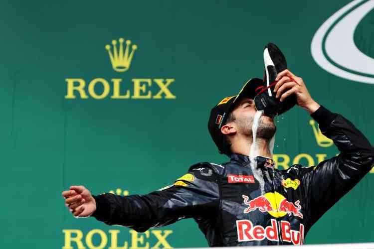Ricciardo celebra o segundo lugar de maneira original (Foto Red Bull Content Pool)
