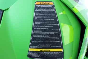 """Aviso em produto americano: """"Capaz de altas velocidades. Não deve ser operado por pilotos inexperientes ou crianças"""""""