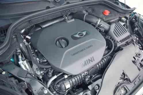 Um dos responsáveis pela festa, o 2-L turbo de 192 cv