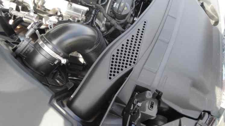 É por onde entra o ar de admissão do motor, bem alto
