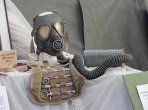 Máscara contra gases e material médico