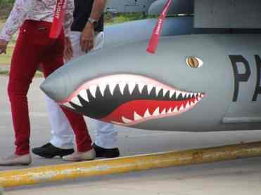 Tradicional pintura de tubarão no tanque de combustível
