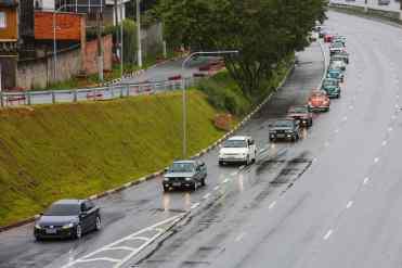 A carreata está chegando na rampa para pegar o viaduto que dá acesso ao São Paulo Expo, e na foto de abertura o comboio chega ao Salão do Automóvel (Foto Divulgação Volkswagen)