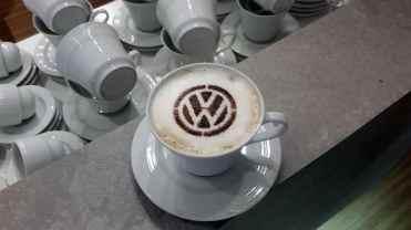 Um dos grandes sucessos entre os Volkswagenmaniacos: um cappuccino que vinha com o logo Volkswagen, muito bom e bonito (Foto Alexander Gromow)