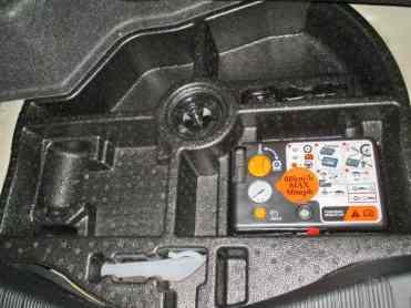 Compressor de ar e selante juntos, abaixo do piso do porta-malas