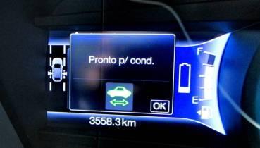 Ao acionar o botão departida, o carrinho e seta verde, indicando motor elétrico ligado