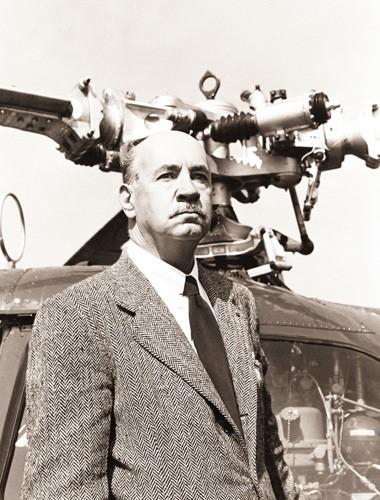 Igor Sikorsky de pé em frente a um helicóptero em foto feita por volta de 1950 (imagem de Bettmann/Corbis)