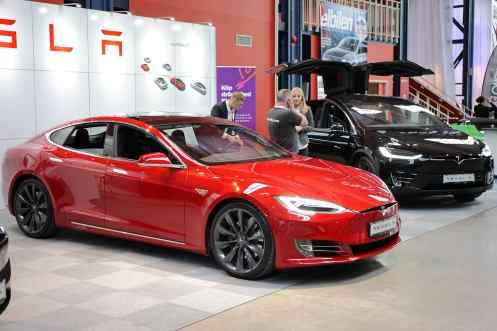 O Tesla S sedã e o X ao lado