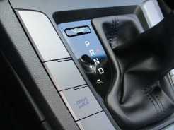 Três modos de condução selecionados por tecla ao lado da alavanca de câmbio