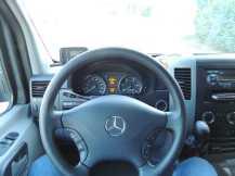 A visão do motorista; note a alavanca de câmbio bem à mão