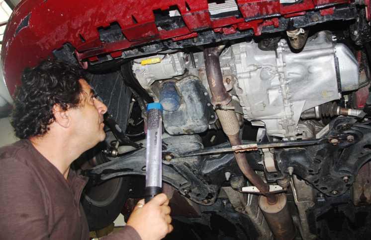 Alberto Trivellato faz a sua cuidadosa inspeção e vê o bom acesso ao filtro de óleo