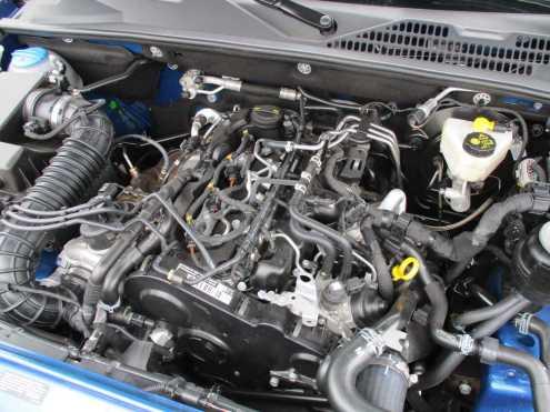 Motor não é dos mais bonitos de se olhar, devido às várias mangueiras e chicotes
