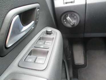 Comandos de vidros na porta, apoio de pé esquerdo, interruptor de luzes giratório