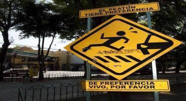 """Placa de rua na entrada da Cidade do México que avisa """"os pedestres têm preferência, preferivelmente vivos, por favor"""" (OMAR TORRES/AFP/Getty Images)"""