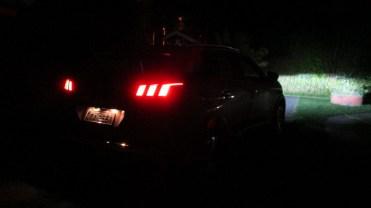 Lanternas traseiras e luz à frente
