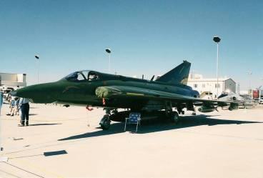Nos EUA, a escola civil de pilotos de teste NTPS tinha seis Drakens em sua frota, um deles visto aqui em Edwards AFB, em outubro de 1997 (autor)