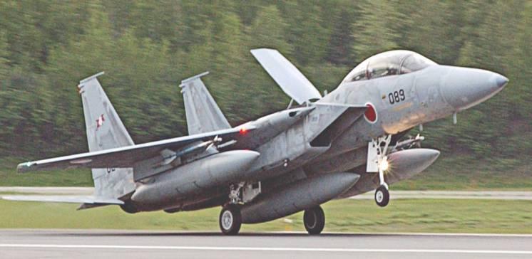 Freio aerodinâmico aberto nesse F-15J (Aviationist)
