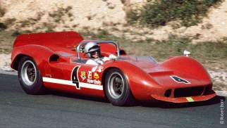 Bruce McLaren a bordo de seu M1B