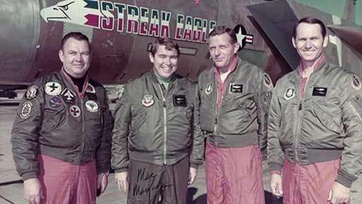 Esquerda para direita, Pete Garrison da McDonnell Douglas, e os majores da USAF, MacFarlane, Smith e Peterson