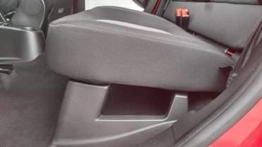 Prático porta-objetos sob o assento do banco traseiro (Foto: autor)
