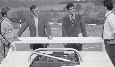 Mark Donohue, Roger Penske, Cox e Flegn junto com o protótipo do 917/10