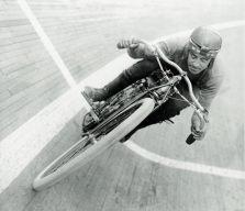 Uma moto de corrida nas tábuas