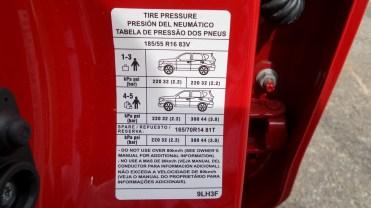 Etiqueta de pressão de pneus tem um suve de fantasia, muito engraçado