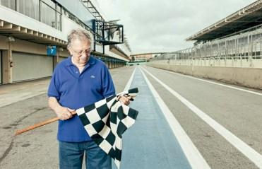 Mario Pati e a bandeira que exibiu durante dez grandes prêmios de F-1 (Foto: revistaautoesporte.globo.com)