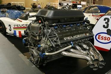 Motor V-10 em demonstração, uma obra de arte (Scale143)