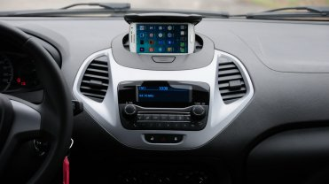 Acima, o inteligenge suporte para celular; abaixo, o rádio MyConnection com Bluetooth