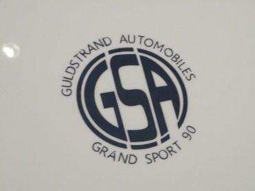 O emblema do capô do GS90