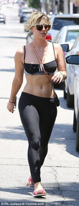 Big Bang Theorys Kaley Cuoco Drives A Range Rover To Her