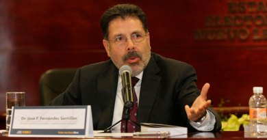 La crítica a los discursos de los figurones de academia  como José Fernández Santillán