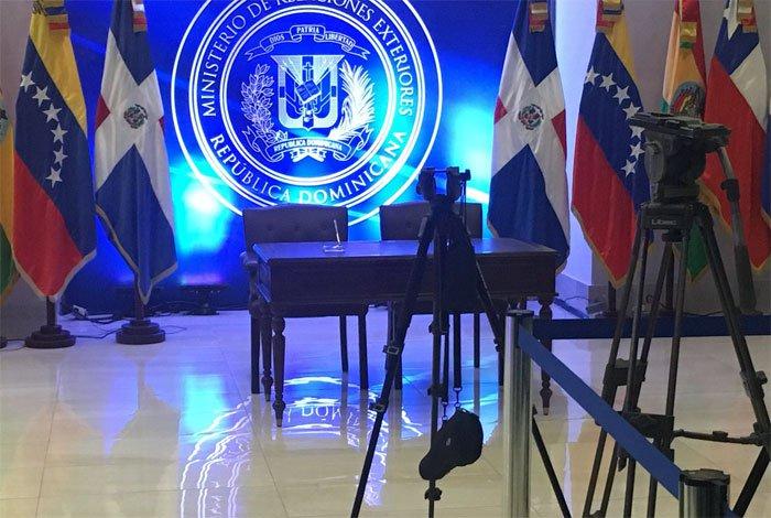 Resultado de imagen para imagen de la mesa vacia para la firma del diálogo en Republica Dominicana