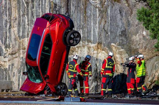 Η Volvo κατάδυση από 30 μέτρα!  (+ βίντεο)