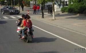 Familie pe scuter