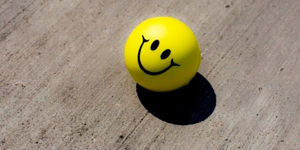 Une balle anti-stress avec un smiley dessus